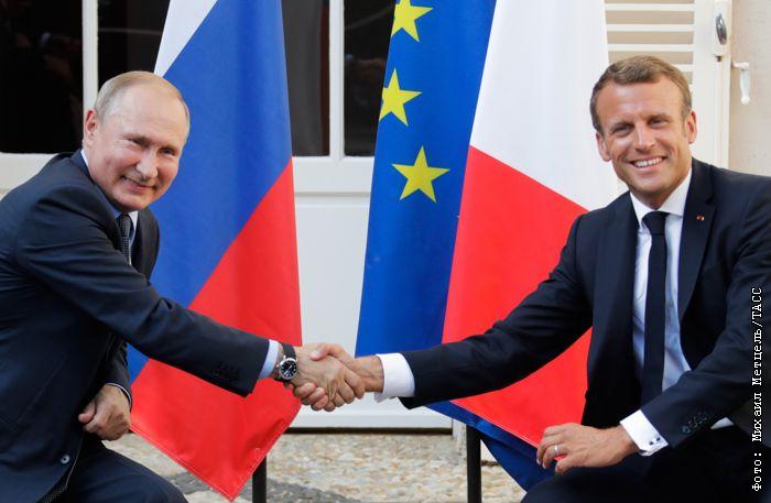 Путин поблагодарил Макрона за размещение делегации РФ в тени