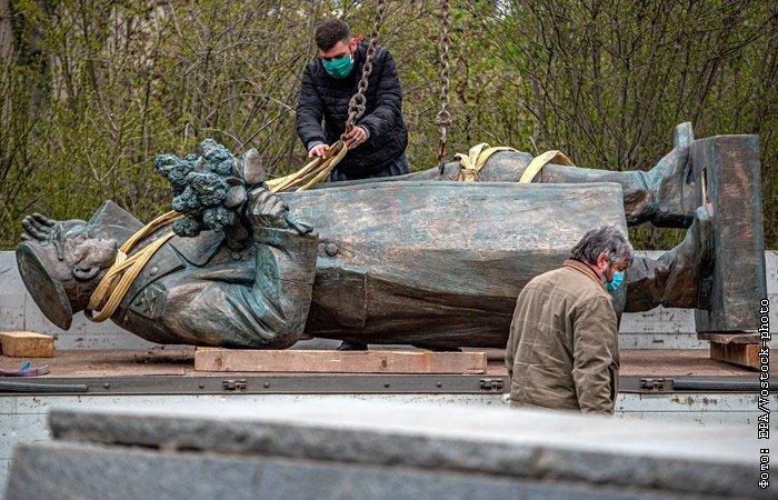 Памятник маршалу Коневу всё же снесли в Праге под коронавирусный шумок (ФОТО, ВИДЕО)