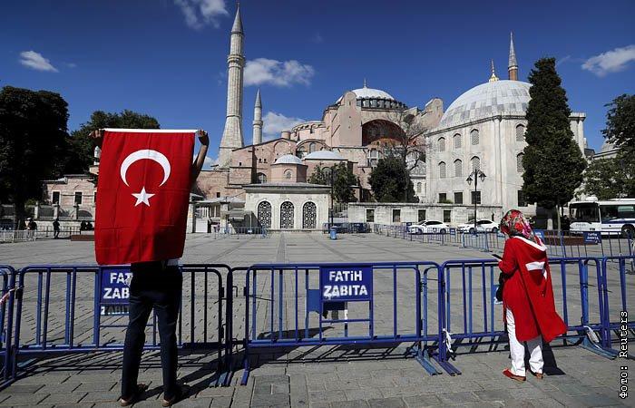 Президент Турции подписал приказ о присвоении статуса мечети собору Айя-София