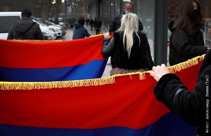 Сторонники экс-президента Армении Кочаряна проводят митинг у здания суда в Ереване