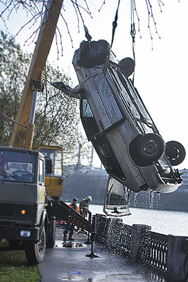 На Даниловской набережной автомобиль упал в Москву-реку