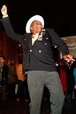 Житель Гарлема танцует в честь Барака Обамы