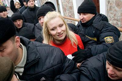 Сотрудники милиции задерживают Ольгу Козулину во время акции протеста в Минске