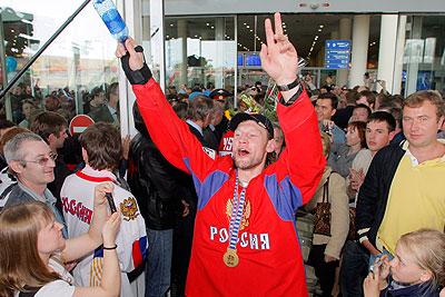 Победители чемпионата мира по хоккею прибыли в Москву