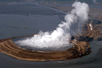 В Индонезии начал проваливаться грязевой вулкан