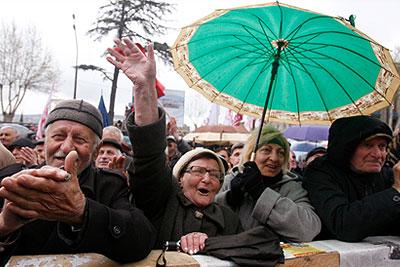 Оппозиция в Тбилиси вооружается палками и кирпичами