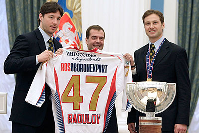 Медведев поздравил игроков сборной России по хоккею
