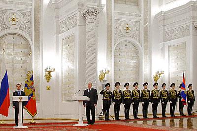 Президент РФ вручил главе СВР знамя и личный штандарт