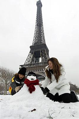 Из-за снегопада власти Парижа решили закрыть Эйфелеву башню