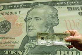 Доллар падает на всех фронтах