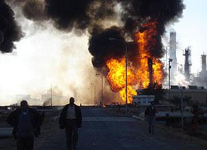 Нефтебаза догорает под присмотром пожарных