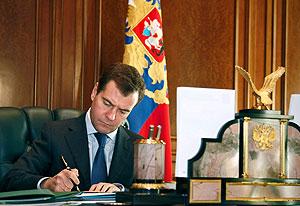 Медведев: первый месяц в Кремле