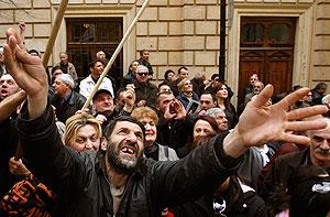 Газ и водометы для противников Саакашвили
