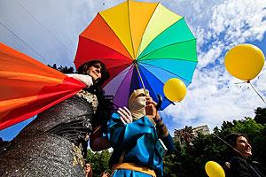 Геи и лесбиянки зовут послов на помощь