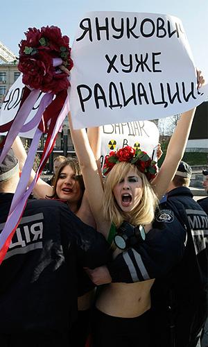 """Женское движение FEMEN провело акцию """"Бардак в Саркофаг"""""""