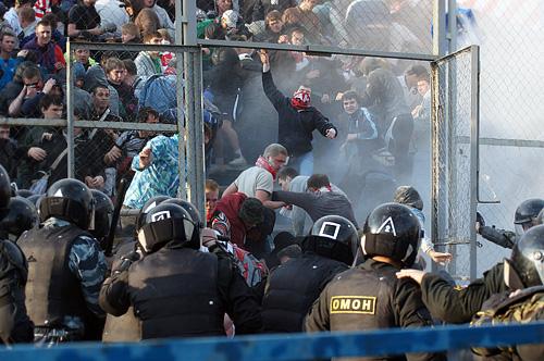 Около 20 человек пострадали в массовой драке футбольных болельщиков в Самаре