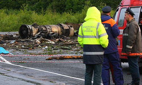 """На месте крушения пассажирского самолета Ту-134 авиакомпании """"РусЭйр"""", совершившего аварийную посадку недалеко от взлетно-посадочной полосы аэропорта Петрозаводска."""