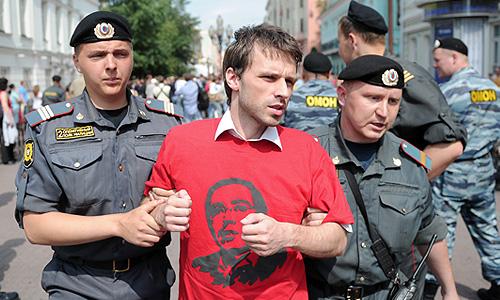 """Задержание сотрудниками полиции участника движения """"Солидарность"""" во время акции в честь дня рождения Михаила Ходорковского на Старом Арбате."""
