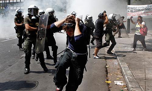 Участники 48-часовой забастовки, организованной крупнейшими профсоюзами государственных служащих и работников частного сектора в знак протеста против многомиллиардных сокращений расходов.