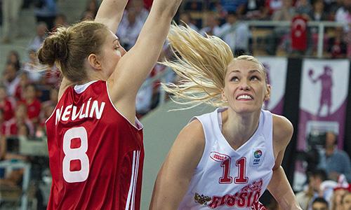Игроки сборной Турции Кристен Невин и сборной России Мария Степанова (слева направо) во время финального матча чемпионата Европы по баскетболу среди женщин: Турция - Россия - 42:59