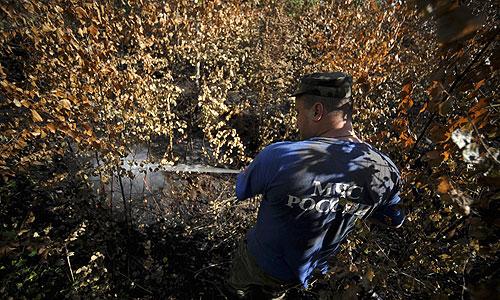 Сотрудник МЧС во время тушения торфяников в Шатурском районе.