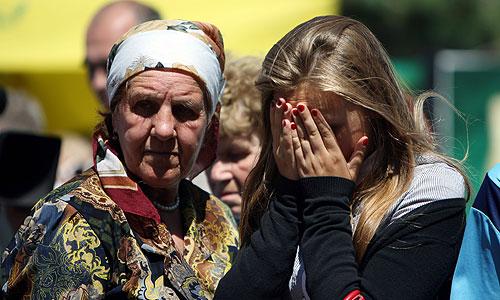 """Жители города во время траурных мероприятий в память о погибших в результате крушения теплохода """"Булгария"""" в Речном порту города."""