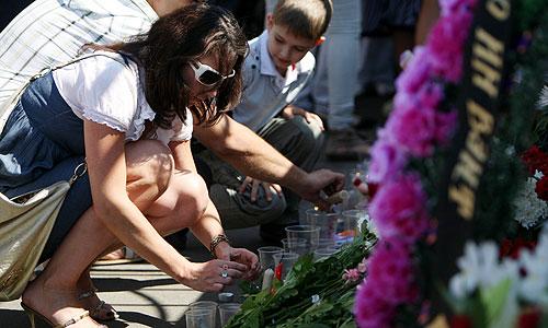 """Жители города возлагают цветы в память о погибших в результате крушения теплохода """"Булгария"""" в Речном порту города."""