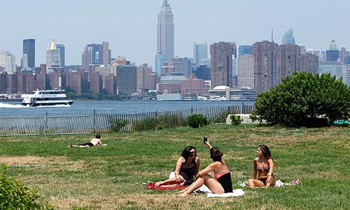 Испепеляющая жара на востоке Соединенных Штатов Америки повлияла почти на половину населения страны, а в среду стала причиной смерти 22 человек.