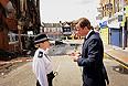 Чтобы не допустить повторения погромов в Лондоне, полиция вывела во вторник на улицы 16 тыс. сотрудников. Беспорядки, тем временем, перекинулись на другие города Великобритании - Бирмингем и Манчестер. Как сообщили в полиции, в общей сложности за последние несколько дней были арестованы 685 человек, принимавших участие в массовых беспорядках, 111 из них предъявлены обвинения.
