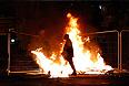 Новые беспорядки произошли в ночь на среду в ряде британских городов, однако в столице страны ситуацию удалось удержать под контролем, сообщают местные СМИ. Наибольшее беспокойство у полицейских вызвали события в городе Манчестере. Группы молодых людей разграбили множество магазинов, поджигали машины и пытались напасть на полицейских.