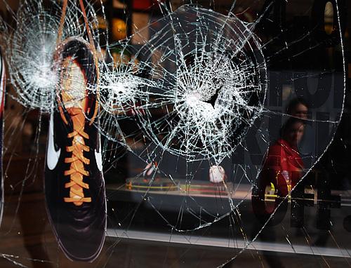Разбитая витрина магазина Nike в Манчестере