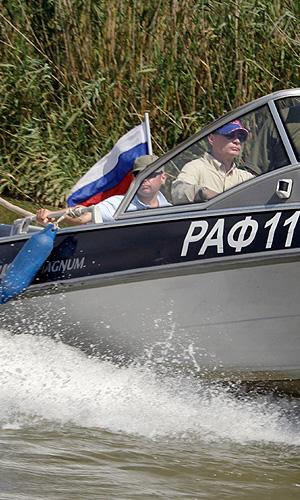 Премьер-министр РФ Владимир Путин на Волге.