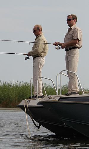Премьер-министр РФ Владимир Путин и президент РФ Дмитрий Медведев во время рыбалки на Волге.