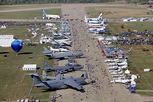Вид сверху на международный авиасалон МАКС-2011 в Жуковском