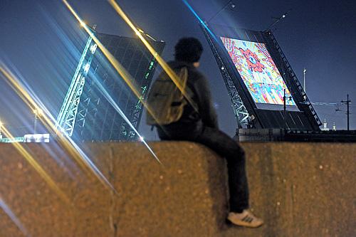 """Во время показа анимационных фильмов в стилистике граффити на разведенном своде Дворцового моста, который прошел в рамках международного арт-форума """" Петербургские граффити-2011. """"Графффест"""""""