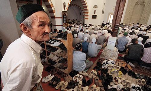 Мусульмане во время торжественного намаза по случаю праздника Ураза-байрам (Праздника разговения) в мечети Хан-Джами в Евпатории.