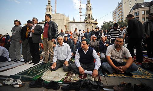Мусульмане во время торжественного намаза по случаю праздника Ураза-байрам (Праздника разговения) в Соборной мечети.