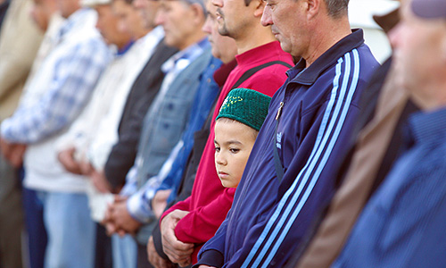 """Мусульмане во время торжественного намаза по случаю праздника Ураза-байрам (Праздника разговения) в мечети """"Аль-Марджани""""."""