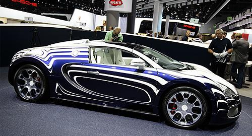 На 64-м Международном автосалоне во Франкфурте показали Bugatti Veyron L'Or Blanc. Автомобиль бы произведен совместно с немецкой фарфоровой компанией с вековой историей Konigliche Porzellan-Manufaktur. Bugatti Veyron L'Or Blanc будет стоить больше двух миллионов долларов.