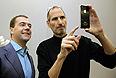 23 июня 2010г. Стив Джобс показывает iPhone 4 президенту РФ Дмитрию Медведеву в Силиконовой долине.