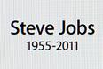 """На главной странице сайта компании Apple висит черно-белый портрет Джобса. """"Apple потеряла провидца и творческого гения, а мир - удивительного человека"""", - написано на сайте компании."""