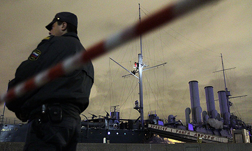 """Крейсер """"Аврора"""", на мачте которого молодые люди вывесили пиратский флаг """"Веселый Роджер""""."""