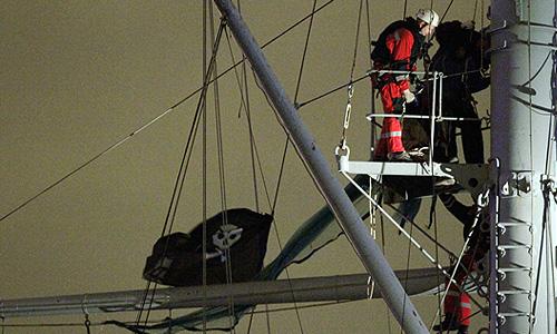 """Задержание молодых людей, вывесивших на крейсере """"Аврора"""" пиратский флаг """"Веселый Роджер"""", на смотровой площадке мачты корабля."""