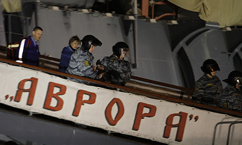 """Задержание одного из молодых людей, вывесивших на крейсере """"Аврора"""" пиратский флаг """"Веселый Роджер""""."""