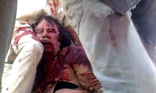 """Тело бывшего ливийского лидера Муамара Каддафи доставлено в четверг в одну из мечетей города Мисурата для совершения погребального омовения, сообщает межарабский телеканал """"Аль-Джазира""""."""