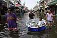 """Днем 24 октября телекомпания CNN сообщила, что в зоне наводнения, накрывшего столицу Таиланда Бангкок, оказался один из аэропортов города """"Донмуан"""". Телеканал цитирует слова губернатора столичного округа Сукхумбхана Парибаты, который сообщил на пресс-конференции, что к наступлению воды начали готовиться жители еще пяти районов города."""