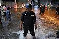 Власти столицы Таиланда Бангкока объявили эвакуацию и установили пять нерабочих дней, чтобы жители могли покинуть город, спасаясь от самого сильного за полвека наводнения. Автобусные станции и вокзалы, дороги, ведущие из города, забиты - тысячи людей спешат уехать.