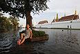 """Пятидневные выходные в Бангкоке и 20 провинций, затронутых наводнением, продлятся с четверга по понедельник. Губернатор столицы Сукхумбхан Парибата объявил эвакуацию трех районов на севере города. """"Впервые я использую слово """"эвакуация"""", впервые я настойчиво прошу вас покинуть город"""", - заявил он. Жители ряда районов на севере города, которые затоплены на 90%, обязаны эвакуироваться немедленно."""