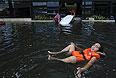 Местные жители и туристы продолжают покидать Бангкок. Многие компании перевели в Паттайю и Хуахин (материковый курорт в 140 км от Бангкока) свои офисы и сотрудников. Из-за этого местные гостиницы оказались переполнены, а в магазинах начался дефицит продуктов.