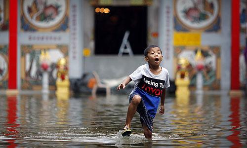 Количество погибших в результате наводнений в Таиланде достигло 381 человека, сообщает в воскресенье местный центр по предотвращению и преодолению последствий катастроф. От наводнений пострадали жители 144 населенных пунктов в 26 провинциях.